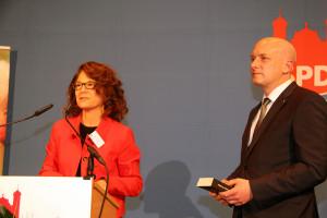 Margarete Heinrich überreicht ein Buch - als Danke - an Joachim Wolbergs