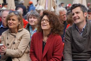 Simone Strohmayr (MdL), Margarete Heinrich (SPD-Stadtratsfraktionsvorsitzende) und Dirk Wurm (SPD Ordnungs- und Sportreferent)lauschen amüsiert der Mairede