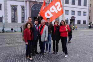 ... vor dem Rathaus (mit SPD-Fahne)