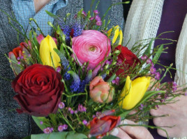 Blumen, Wein, eine Urkunde und die Ehrennadel gab es für Adolf Gaurieder.