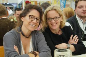 Zwei Kandidatinnen im Bierzelt