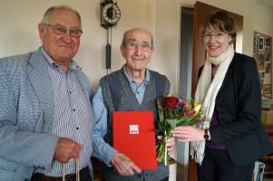 Adolf Gaurieder (Mitte) wurde von Werner Kränzle, Vorsitzender der SPD Firnhaberau, und Ulrike Bahr, Vorsitzende der SchwabenSPD und der SPD Augsburg, geehrt.