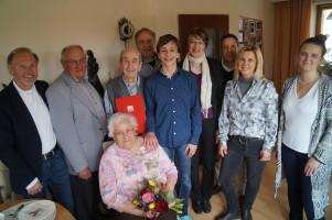 Familie und Genossen feierten mit Ehefrau Helma Gaurieder (sitzend) und Adolf Gaurieder.