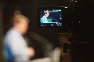 Ralf Stegner durch die Fernsehkamera gesehen.