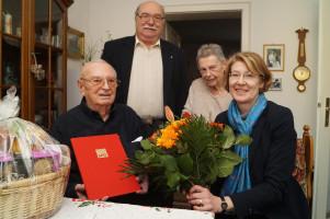 Ulrike Bahr (rechts) und Gerhard Scharf (2. von links) gratulierten Hans Scharmann und überreichten Geschenke und Blumen, auch an Rosa Scharmann (2. von rechts).