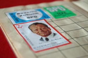 Eine Wahlspendemarke im Wert von 2 Mark, die der Bundeskanzler und Friedensnobelpreisträger Willy Brandt ziert.