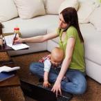 Frau mit Baby am PC