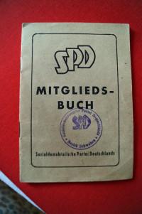 Das SPD Mitgliedsbuch von Hans Scharmann aus dem Jahr 1946.